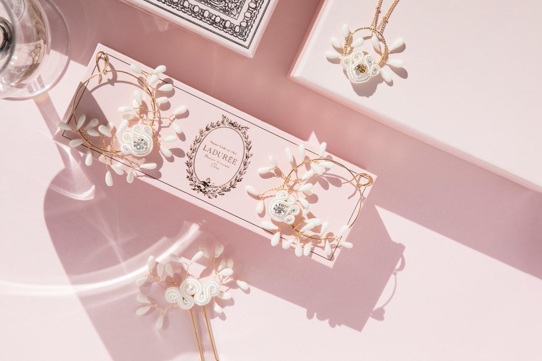 Boucles d'oreilles Chiara brodées avec des perles, cristaux Swarovski, tresse soutache et porcelaine