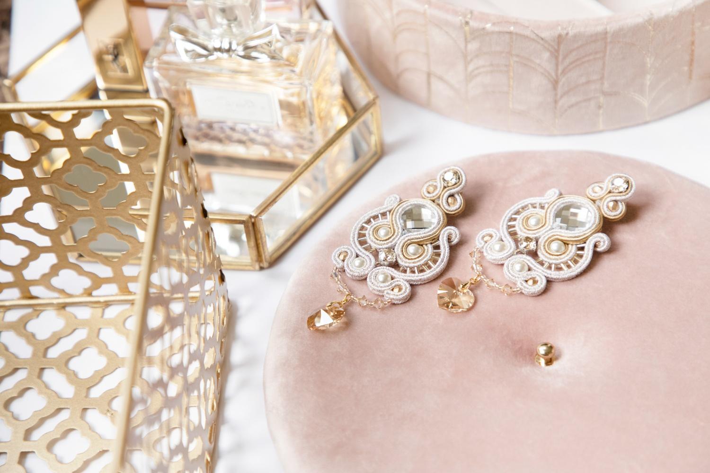 Boucles d'oreilles Elizabeth brodées avec des perles, cristaux Swarovski et tresse soutache